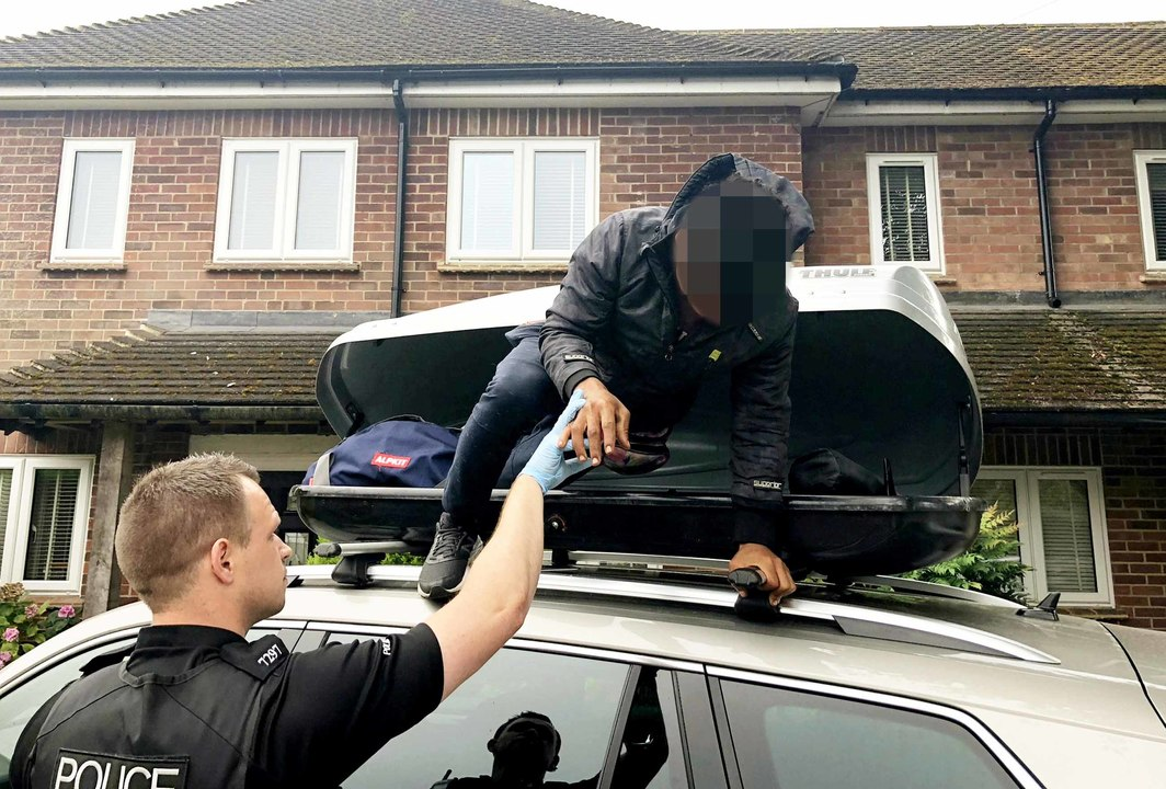 Traveling English couple found a teenage migrant in their rooftop cargo box