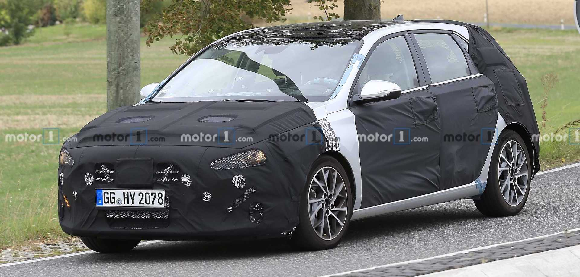 Hyundai i30 Facelift Spied Wearing Tight Black Clothes Up Front
